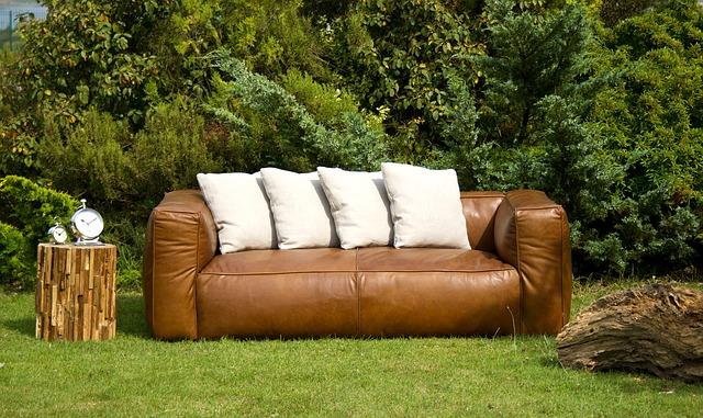 gauč na zahradě