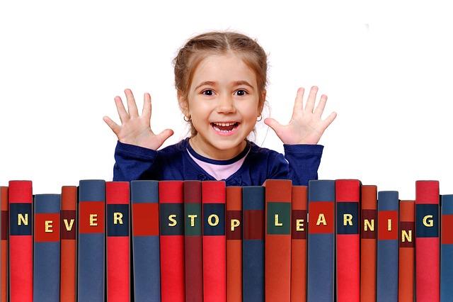 holčička s radostí z učení