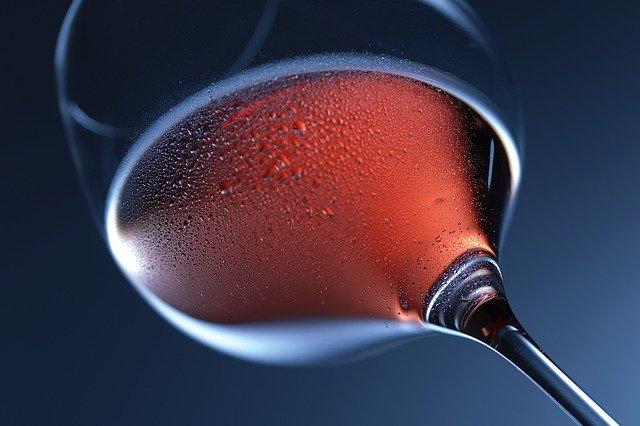 sklenka s pitím