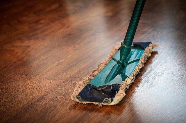 vytírání podlahy