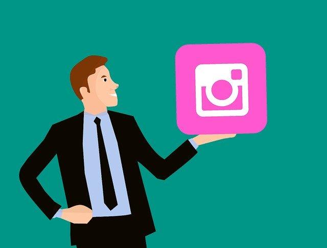 muž držící velký symbol sociální sítě
